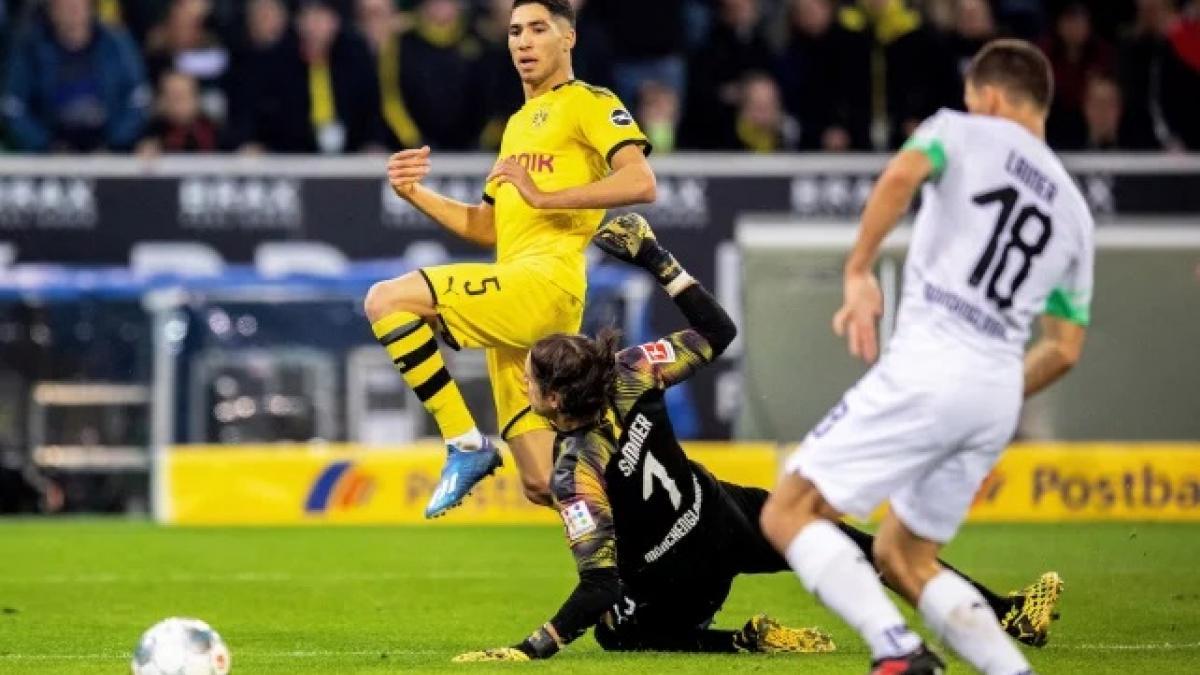 Achraf Hakimi brilla con el Borussia Dortmund.