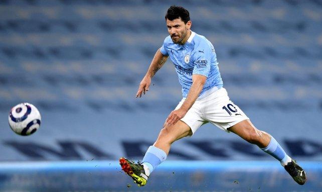 Sergio Agüero golpea el balón en un choque con el Manchester City