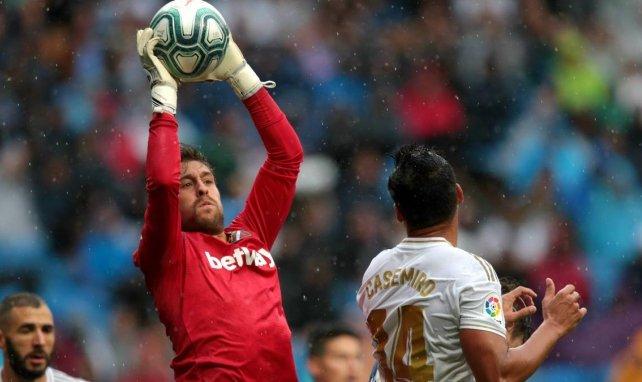 Real Betis y Sevilla, a la caza del portero de moda de la Liga