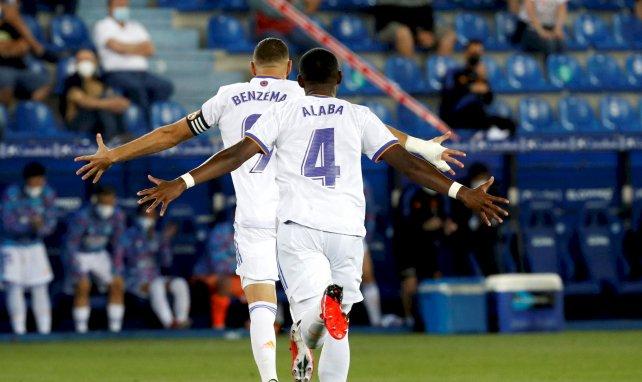 David Alaba y Karim Benzema celebran un gol