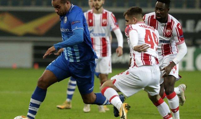 Andrija Radulovic trata de robar el balón a Vadis Odjidja-Ofoe