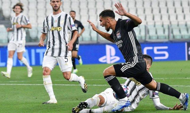 Houssem Aouar defiende los colores del Olympique de Lyon