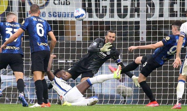 Duván Zapata intenta superar a Samir Handanovic