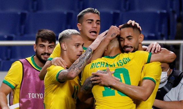 Matheus Cunha celebrando un gol con la selección de Brasil