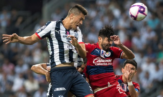 César Montes ejecuta un remate de cabeza con Monterrey