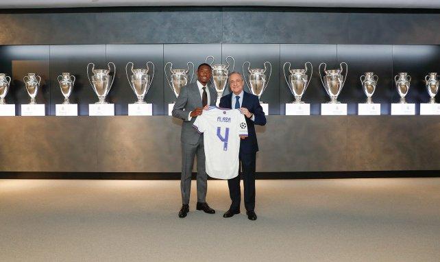David Alaba posa con la camiseta del Real Madrid