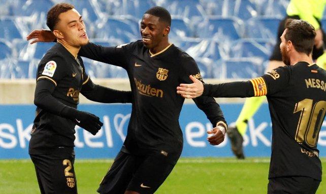 Sergiño Dest festeja uno de sus tantos con Messi y Dembélé