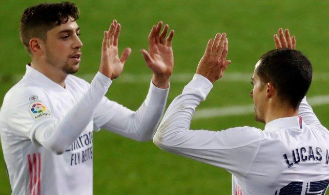 Fede Valverde choca las manos con Lucas Vázquez