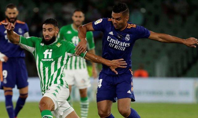Nabil Fekir pugna por el esférico con Casemiro