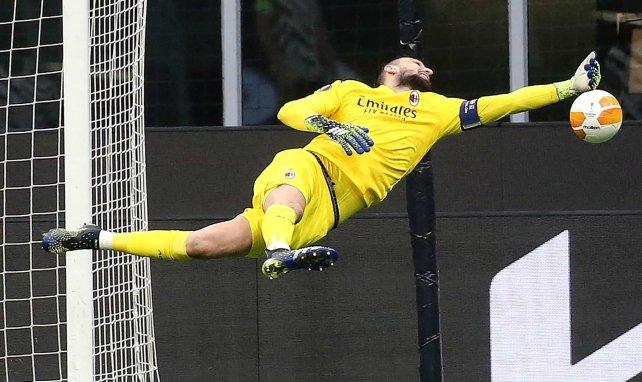 Gianluigi Donnarumma despeja un balón en un choque con el AC Milan