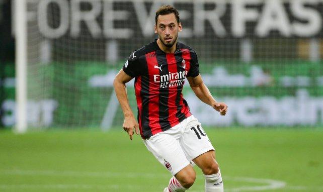 El AC Milan se mueve por Hakan Calhanoglu