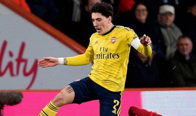 Héctor Bellerín con la elástica del Arsenal