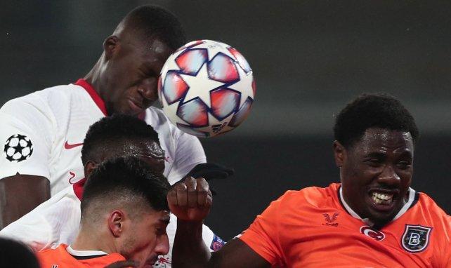 Dayot Upamecano disputa un balón hoy