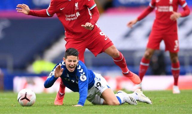 James Rodriguez en el suelo tras un duelo con Roberto Firmino