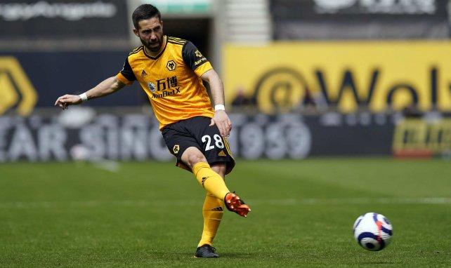 Joao Moutinho golpea el balón en un choque con el Wolverhampton