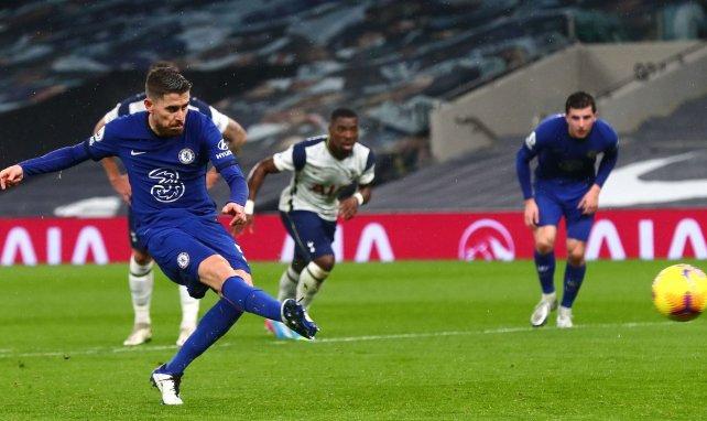 Jorginho ejecuta un penalti con el Chelsea