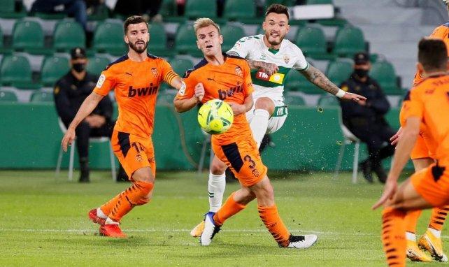 Liga | El Elche se aprovecha de un Valencia tocado