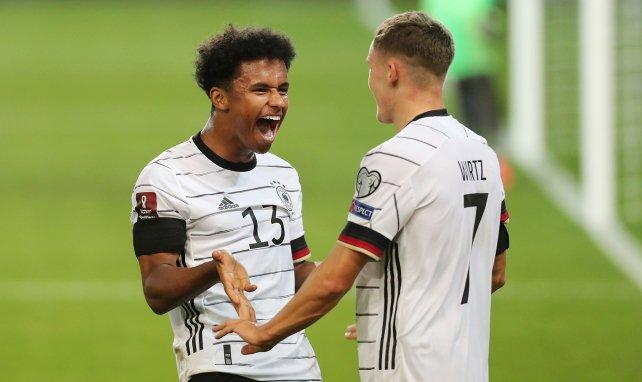 Karim Adeyemi festeja un tanto con Florian Wirtz