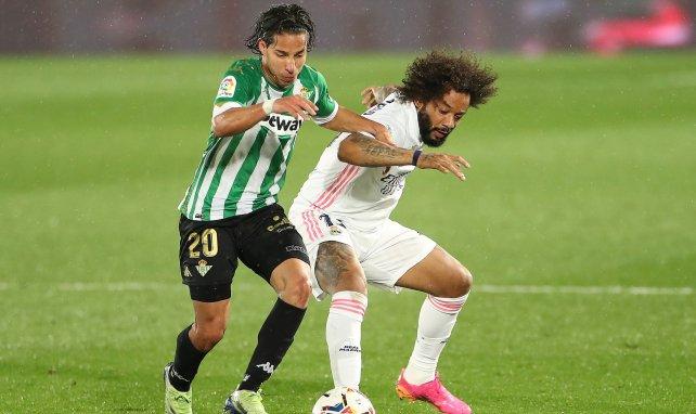 Diego Lainez y Marcelo se disputan el balón