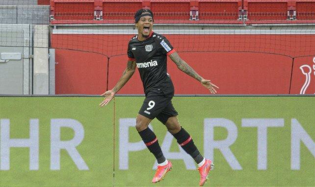 Leon Bailey celebra un gol con el Bayer Leverkusen