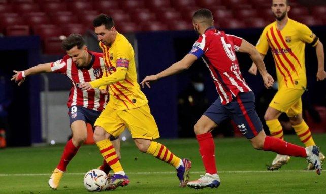 Leo Messi avanza con el balón en presencia de Saúl Ñíguez