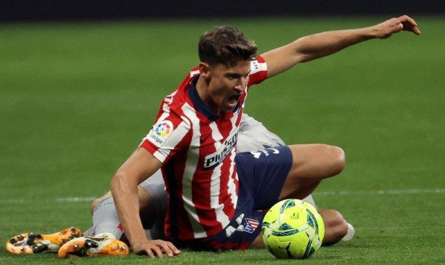 Marcos Llorente disputa un balón para el Atlético de Madrid