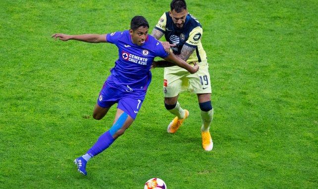 Luis Romo disputando un balón con Victor Aguilera