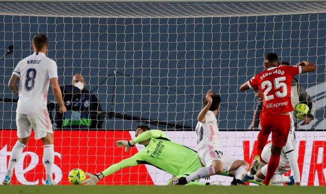 El Real Madrid salva un punto contra el Sevilla y deja la Liga al rojo vivo