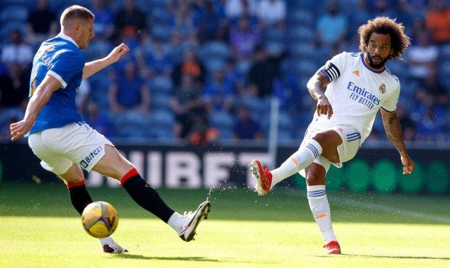 Marcelo golpea el balón en presencia de un rival