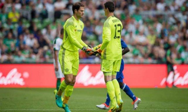 Asmir Begovic y Thibaut Courtois podrían abandonar el Chelsea