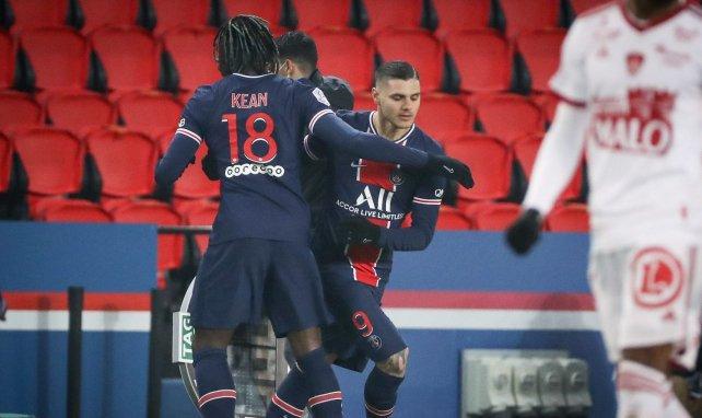 Moise Kean y Mauro Icardi celebra un tanto con el PSG