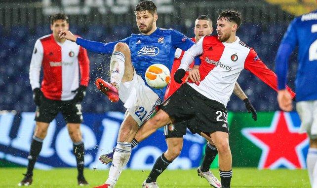 Orkun Kökçü pelea el balón con Bruno Petkovic