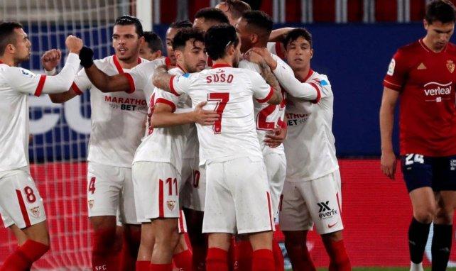 Los jugadores del Sevilla celebran el tanto de Luuk de Jong