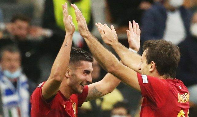 Mikel Oyarzabal y Ferran Torres celebran un gol con España