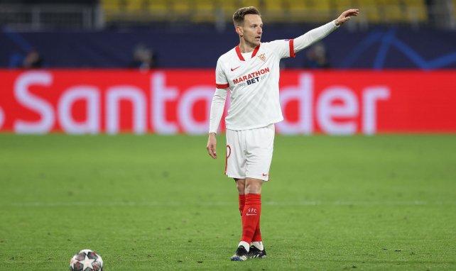 Ivan Rakitic se dispone a lanzar una falta con el Sevilla