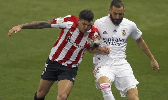 Ander Capa pelea un balón con Karim Benzema