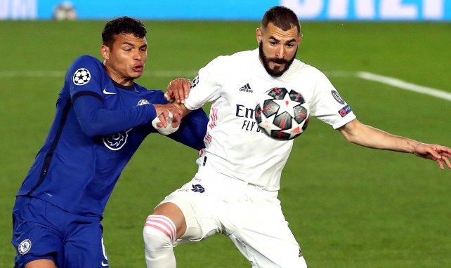 Karim Benzema y Thiago Silva luchan por un balón