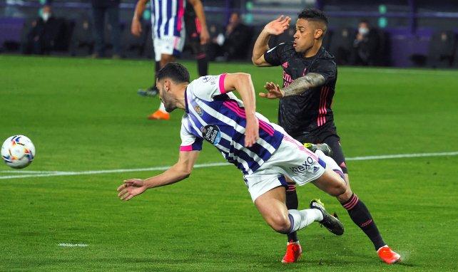 Mariano Díaz disputa el cuero con Bruno González