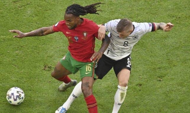 Renato Sanches, en un duelo con Toni Kroos