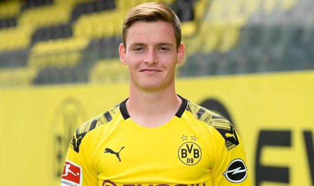 Sergio Gómez posa con la elástica del Borussia Dortmund