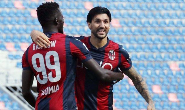 Roberto Soriano y Musa Barrow se abrazan para celebrar un gol