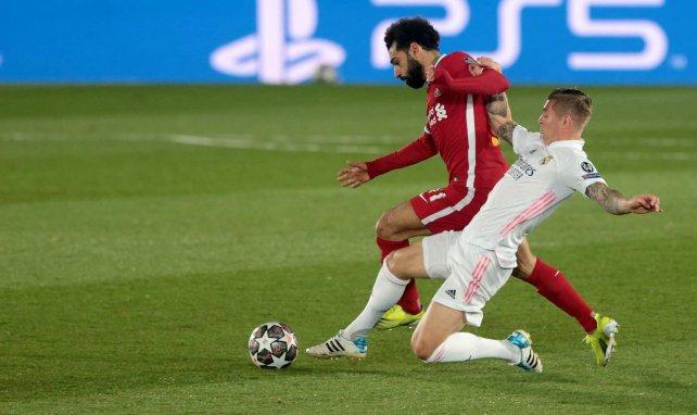 Toni Kroos trata de robar el balón a Mohamed Salah