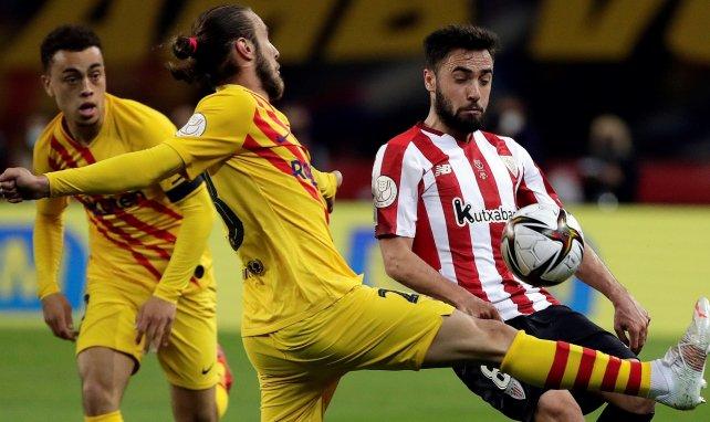 Unai López disputa un balón con Óscar Mingueza